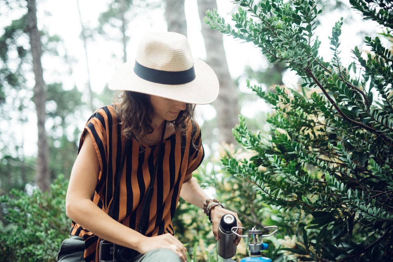 Frau beim Campen